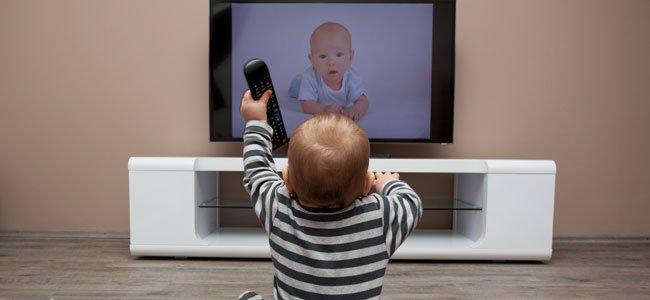 Es importante que los niños vean programas adecuados a su edad